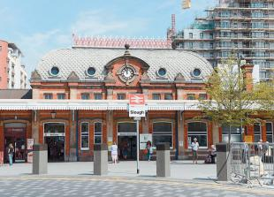 Man arrested in possession of 'suspicious item' at Slough Railway Station
